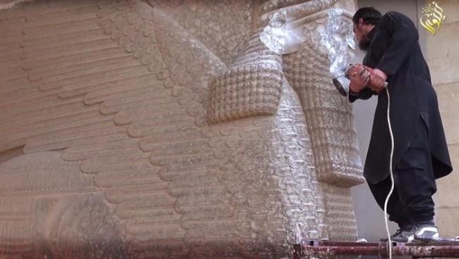 Un'immagine dalla distruzione delle mura di Ninive.