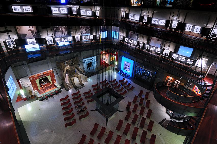 Percorsi su più piani, locandine originali che colorano le pareti, maxischermi e comode poltrone rosse: benvenuti al Museo Nazionale del Cinema di Torino!