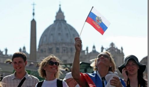 Russians wait at Saint Peter Square prior the arrival of Russian President Vladimir Putin for a private audience with Pope Francis, Vatican City, 10 June 2015. ANSA/ALESSANDRO DI MEO