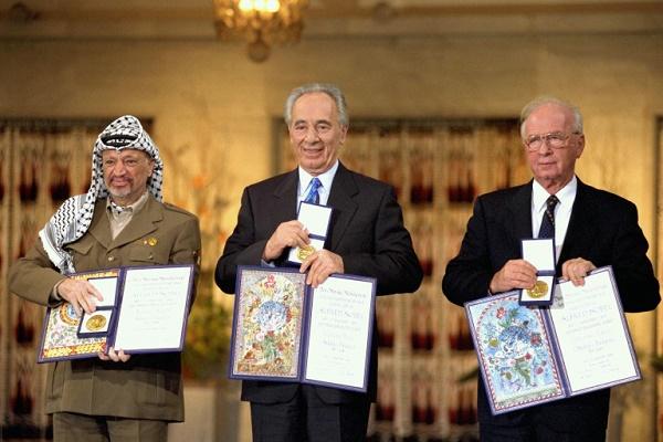 I vincitori del premio Nobel per la Pace nel 1994 da sinistra verso destra): Yasser Arafat, Simon Peres, Yitzhak Rabin.