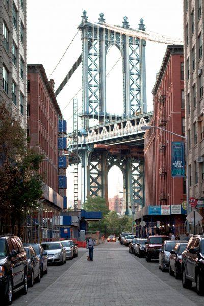 Scorcio del Manhattan Bridge visto da una via di DUMBO, Brooklyn