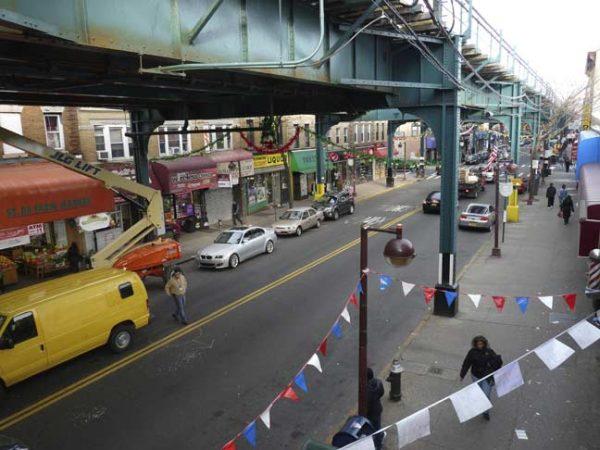 Il J train sospeso sopra la Broadway