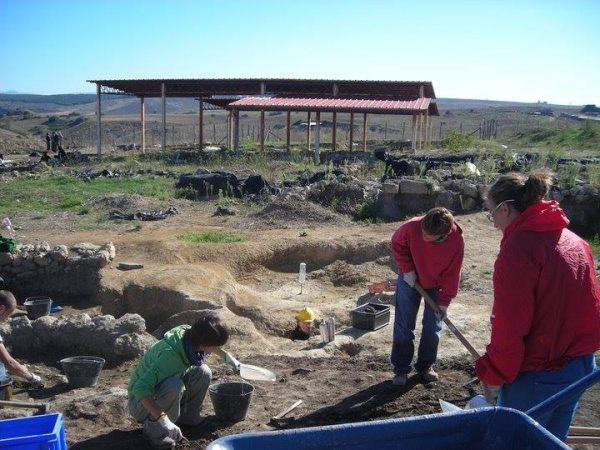 Studenti del progetto Archeostage delle scuole superiori di Bergamo presso l'area archeologica di Velia, SA (foto di Jennifer Alvino).